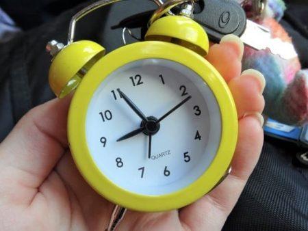 時計を持つ手