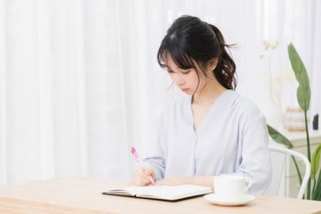 ウンチ日記を書いている女性