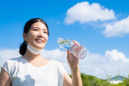 マスクを外した女性 水分補給